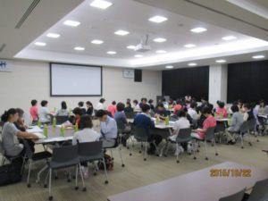 研修室は広くて、写真に写っているのは前の方だけで、全体の広さははこの3倍近くあります。