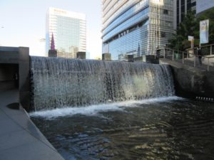 清渓 川は、朝鮮王朝時代には、生活排水の下水道でした。いったん埋め立てられましたが、2003年から 復元工事が行なわれました。