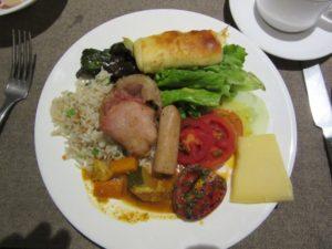 朝食はブッフェ形式で、一つの皿に盛るので、味がミックスされるんですね。まあ、これが習慣と思えば。結局慣れますが。皿の右端に載っているのがヤギの(?)チーズです。