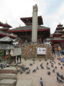 昨年秋にネパールを訪問した時のダルバール広場のPRATAP MALLA王の像が崩壊した状態
