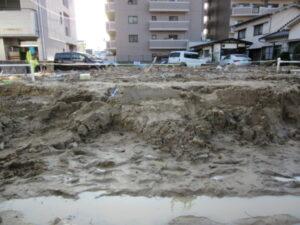 広島市安佐北区口田(くちた)の駐車場です。泥が激しく流入した様子が伺えます。
