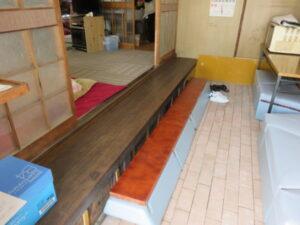 「床のレンガは地域の組合員さんが敷いたものです。右端の「ソファー」は近くの港のリニューアル時に戴いたもの、上り框は、ソファーの一部と買ってきた板にニスを塗って、自作しました。すべて80歳超の地域組合員さんの作品です。